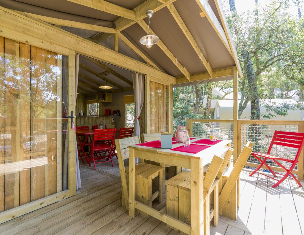Terrasse lodge avec spa pour 5 personnes dans les Landes